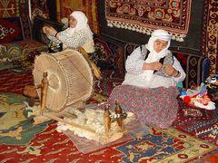 In einer Teppichknüpferei (Türkei)