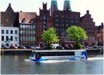 In Lübeck kann man Stadtrundfahrten zu Lande und zu Wasser machen