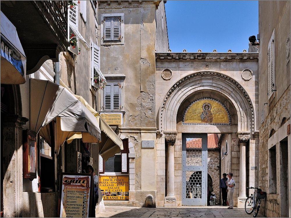 In Porec - Am Portal zur Basilika
