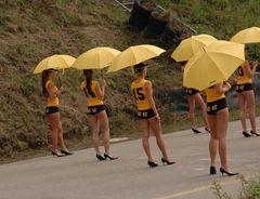 In Reih und mit Schirm