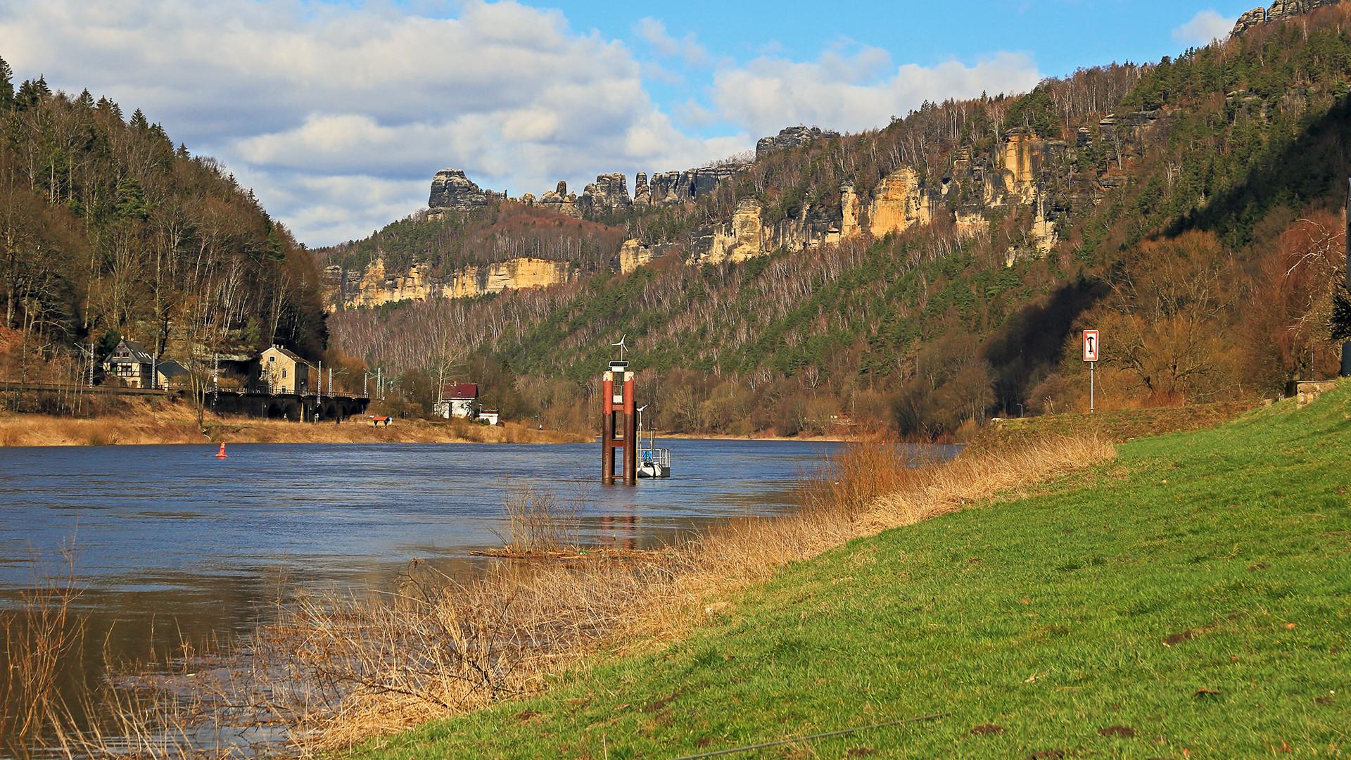 In Schmilka/Hrensko an der Grenze konnte man gestern  die gut gefüllte Elbe...