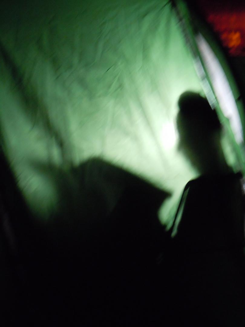 In tenda, si legge per passare il tempo, piove a dirotto...