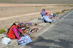 Indianerfrauen bieten an der Straße Souvenirs an