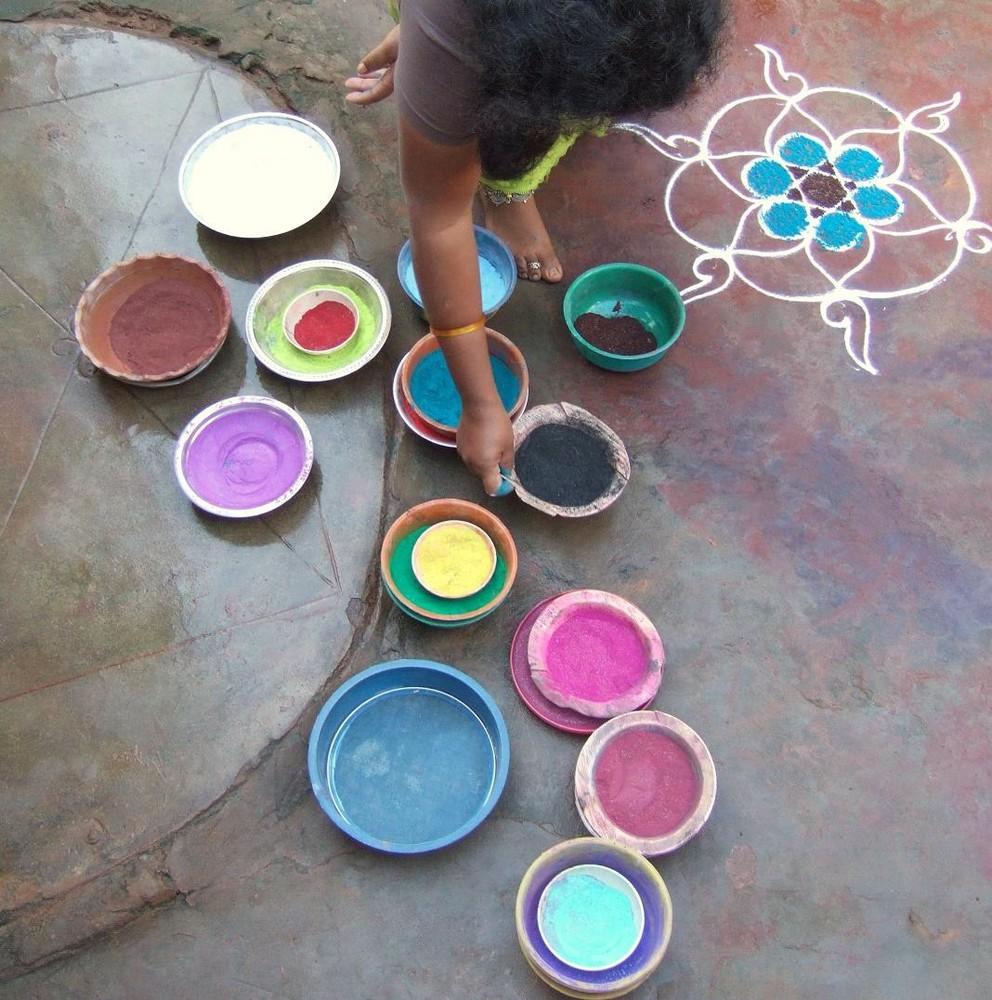 indienne du sud faisant son kola quotidien.