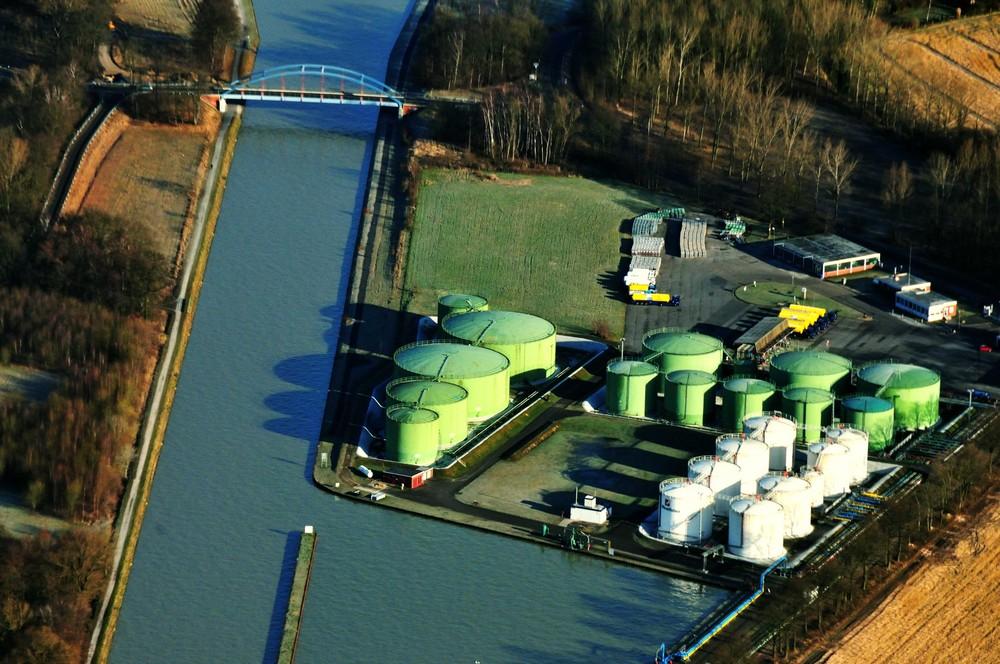 Industrieanlage am Kanal
