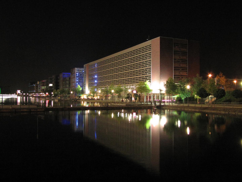 Innenhafen Duisburg Parkhaus bei Nacht