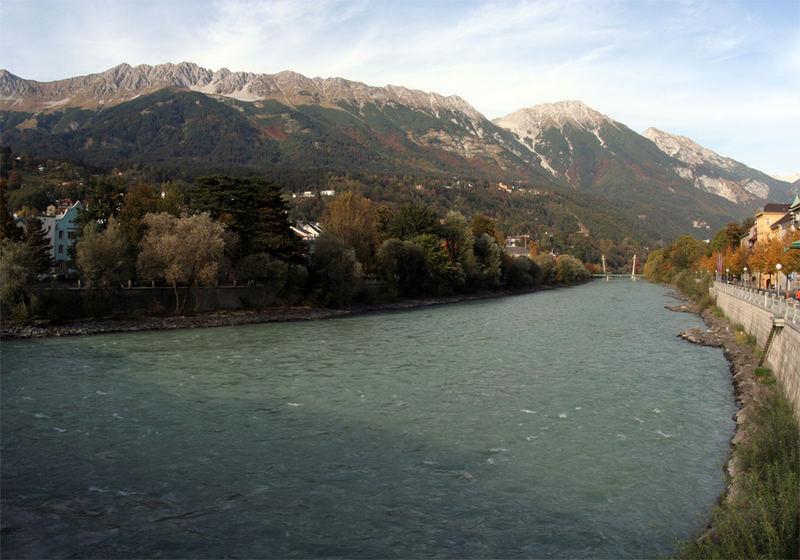 Innufer mit Blick auf die Innsbrucker Nordkette im Herbst