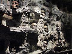 ..Inquiètant...Dans la cave des corsaires...