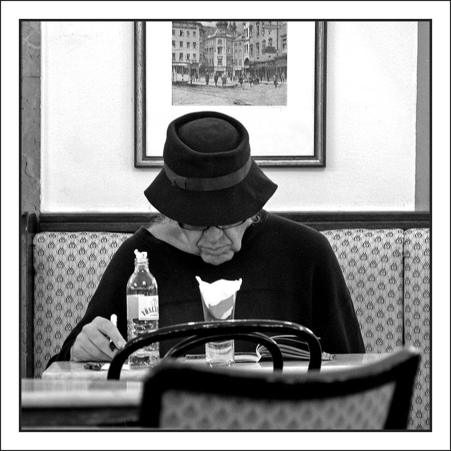 """""""Ins Kaffeehaus gehen Leute, die allein sein wollen, aber dazu Gesellschaft brauchen"""""""