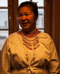Inuitmädchen in trad.  Kleidung II in Ittoqqortoormiit