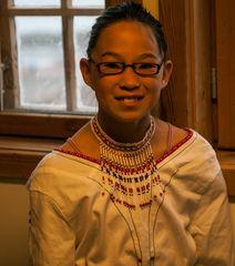 Inuitmädchen in trad.  Kleidung  in Ittoqqortoormiit