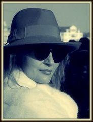 io..la dama in incognito col cappello rosso..la vedo così!