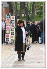 Iolanda paseando, hablando por el movil y camara colgando GKM2