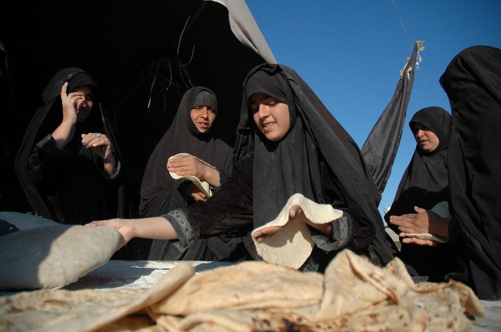 irakischer fraun am brot backen