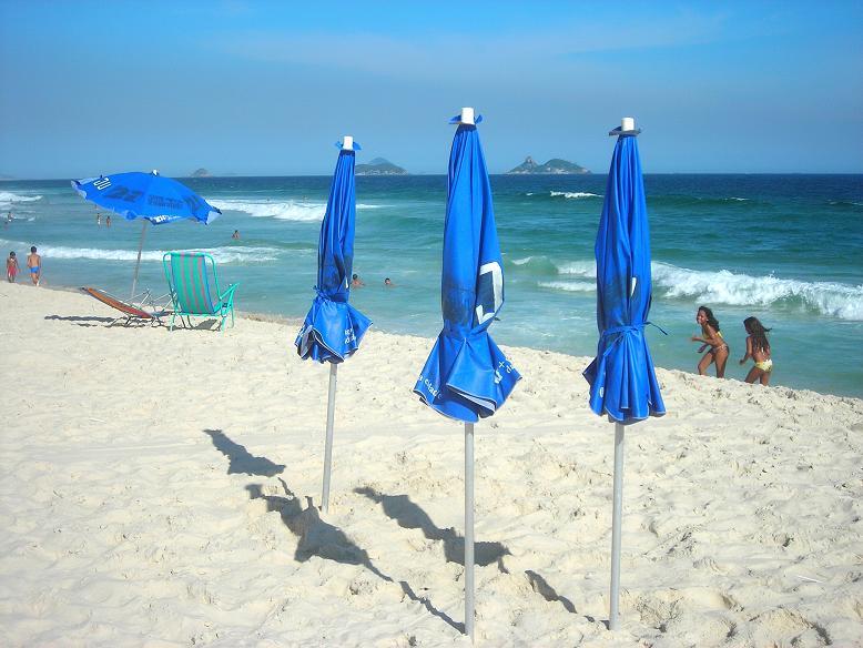 Irmãs na Praia - Sisters on the Beach. / Series: Life in Rio.
