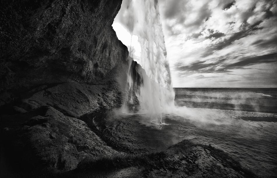 ISLAND - Hinter dem Wasserfall