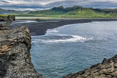 ISLAND - Schwarzer Lavastrand bei Dyrholaey