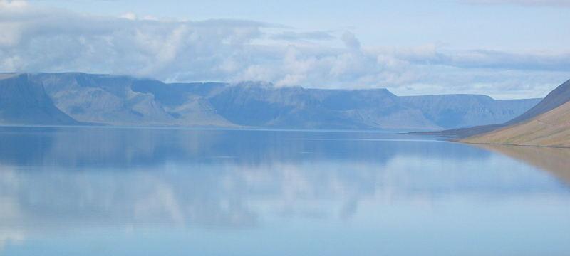 Islandfjord gespiegelt