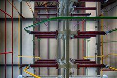 Isolatoren und Leitungen