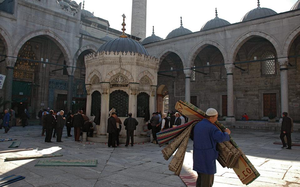 Istanbul Auslegen der Gebetsteppiche