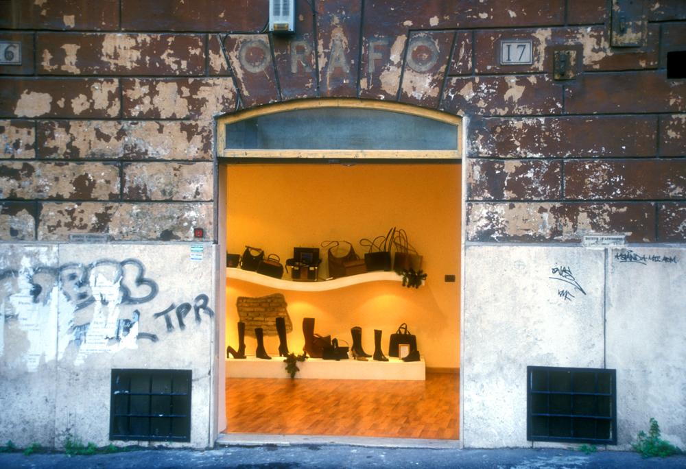 Italienische Mode hinter maroder Mauer