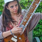 Ivette tocando Sitar.