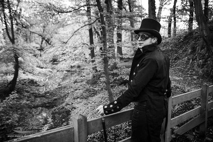 James auf der Brücke