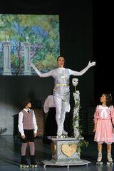 """Jane und Michael mit """"Statue"""""""