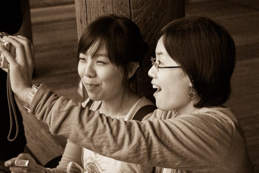 Japanerinnen in Japanischem Tempel