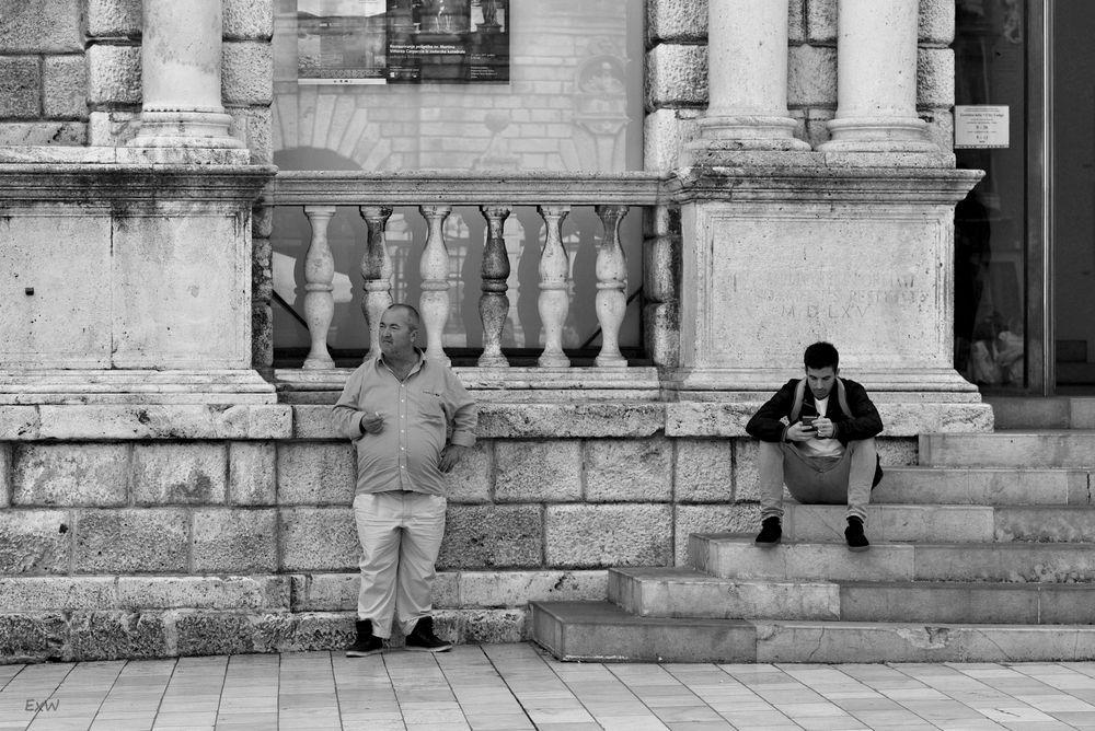 Jeder wartet auf seine Weise Foto & Bild   street, youth