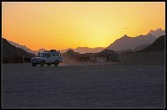Jeep im Wüstenfeuer