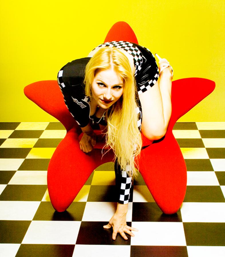 Jennifer in Pose auf Stuhl