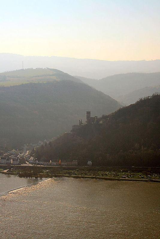 Jenseits des Rheins verliert sich der Blick im Gebuckel der Hunsrückberge