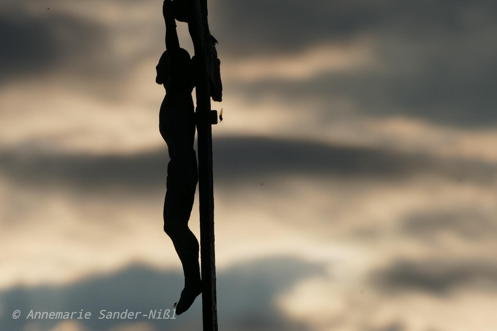 Jesus am Kreuz kurz vorm Unwetter
