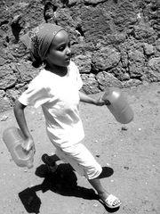 jeune fille partant chercher de l'eau à la fontaine du village !!!