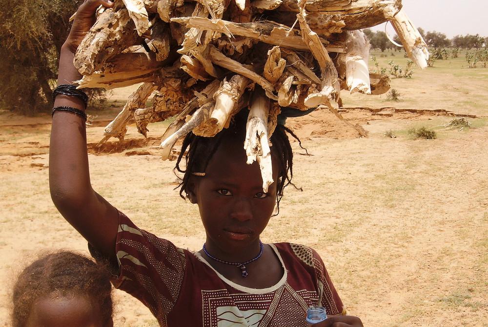 jeune mauritanienne qui porte des fagôts
