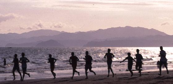 Jogger bzw. Training einer Fußballmannschaft