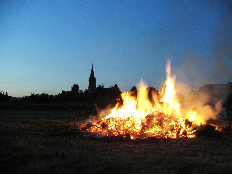 Johannisfeuer vor der Kaditzer Dorfkirche