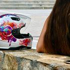 Joven española en la plaza del pueblo