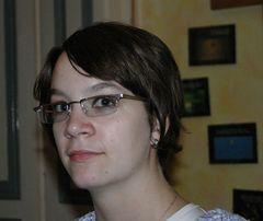 judith in braun mit neuer brille