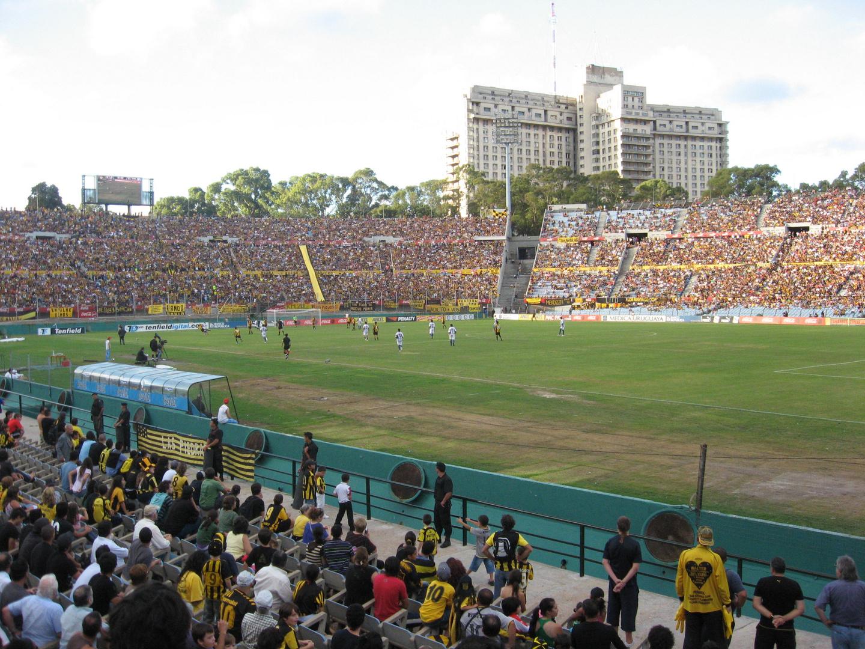 Juega Peñarol en el Estadio Centenario.