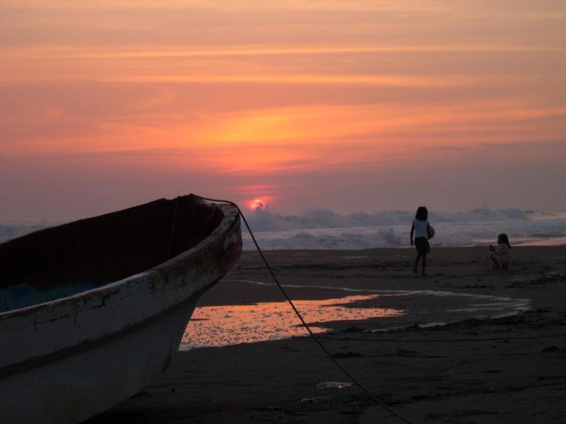 Jugando a la orilla del mar. 2.