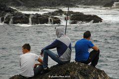 Jugendliche beim Fischfang in Garachico Teneriffa