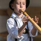 Jugendlicher Alphornspieler