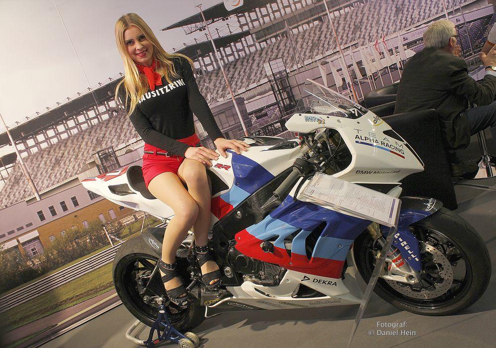 julia auf einem bmw motorrad als model auf der essen motor show 2015 foto bild indoor. Black Bedroom Furniture Sets. Home Design Ideas