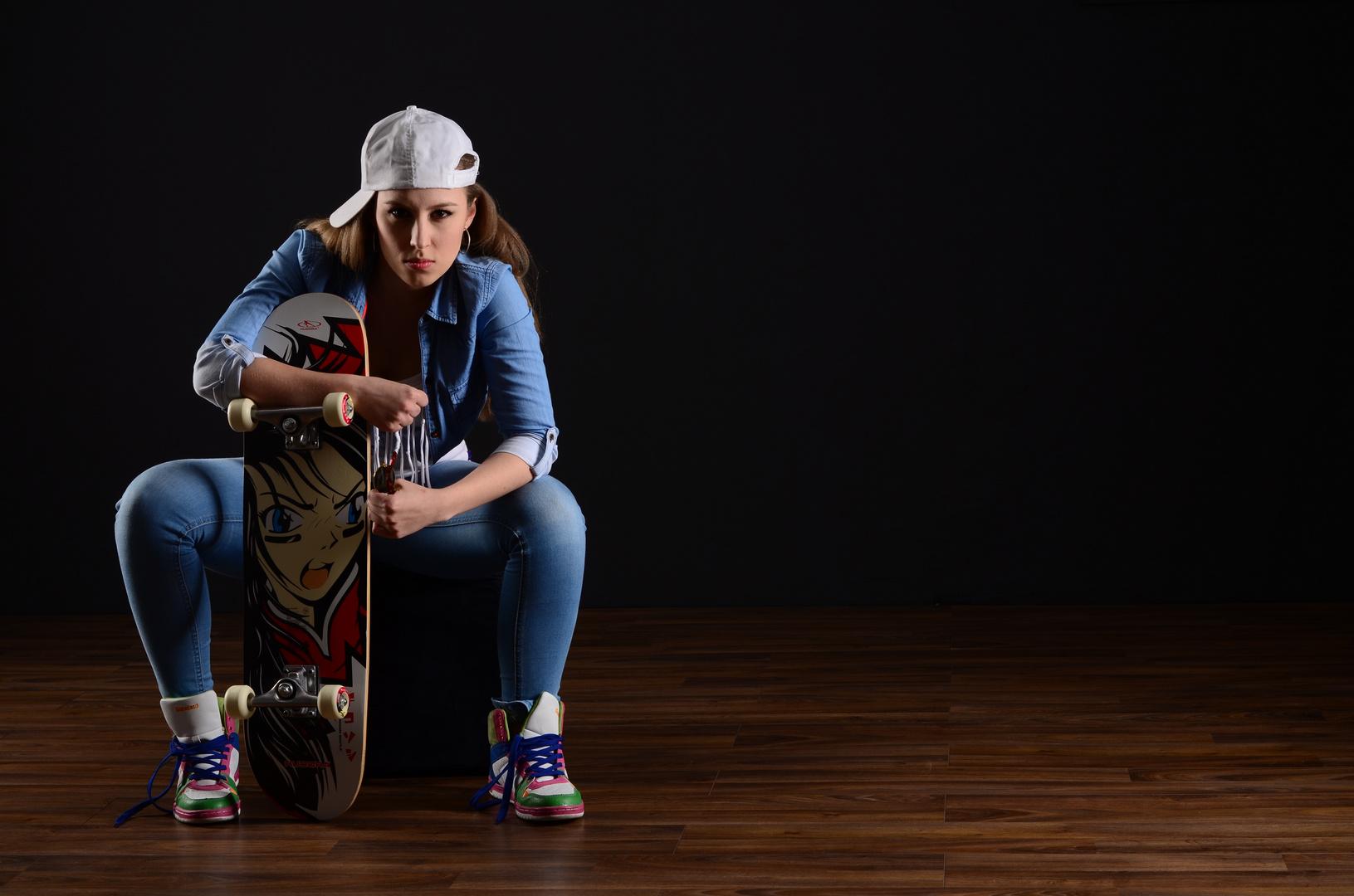 Julia, cool mit Skateboard