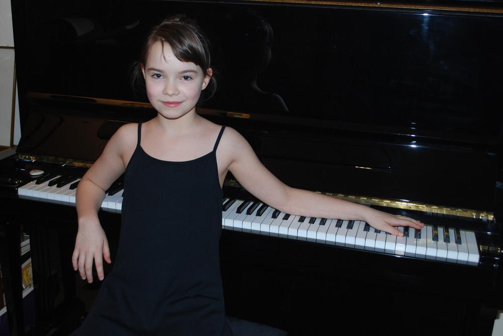 Julischka am Klavier