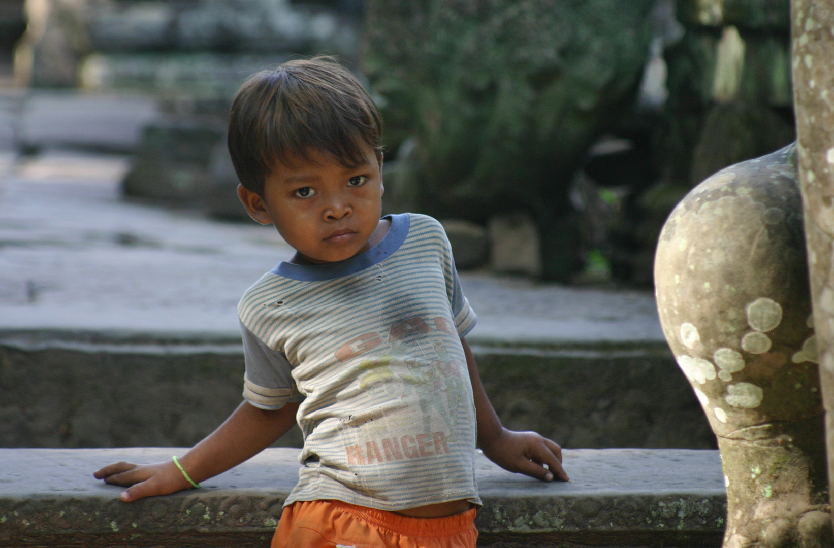 Junge am Tempel