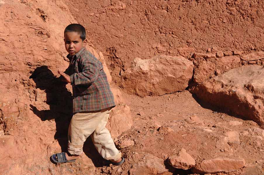 Junge an der Strasse der Kasbah