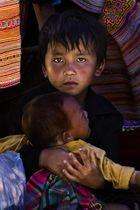 Junge auf dem Bac Ha Markt in Vietnam